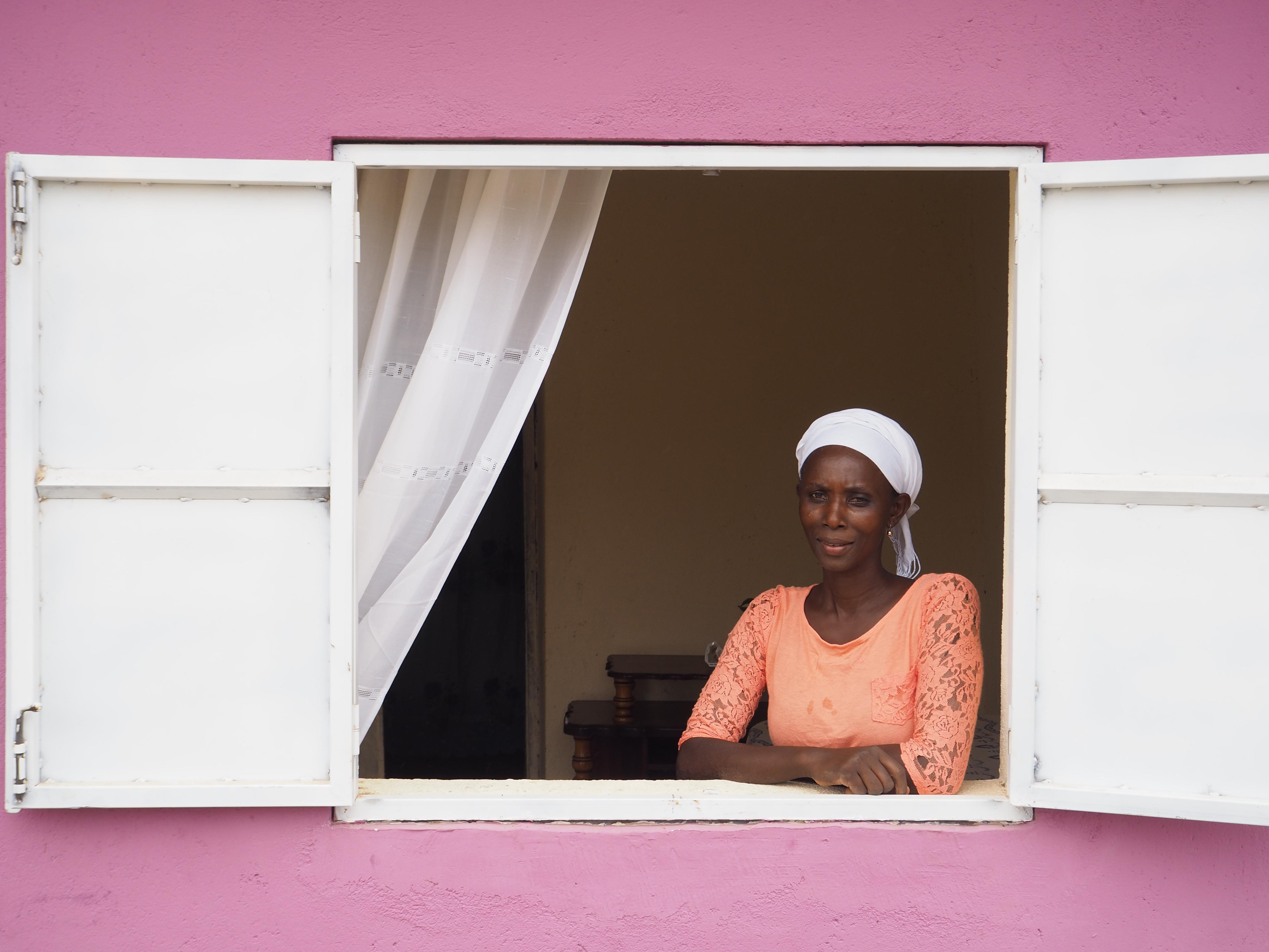 Apesar do impacto negativo de COVID-19 sobre o seu rendimento familiar, Maria Celina Gomes, tem motivos para suspirar de alívio