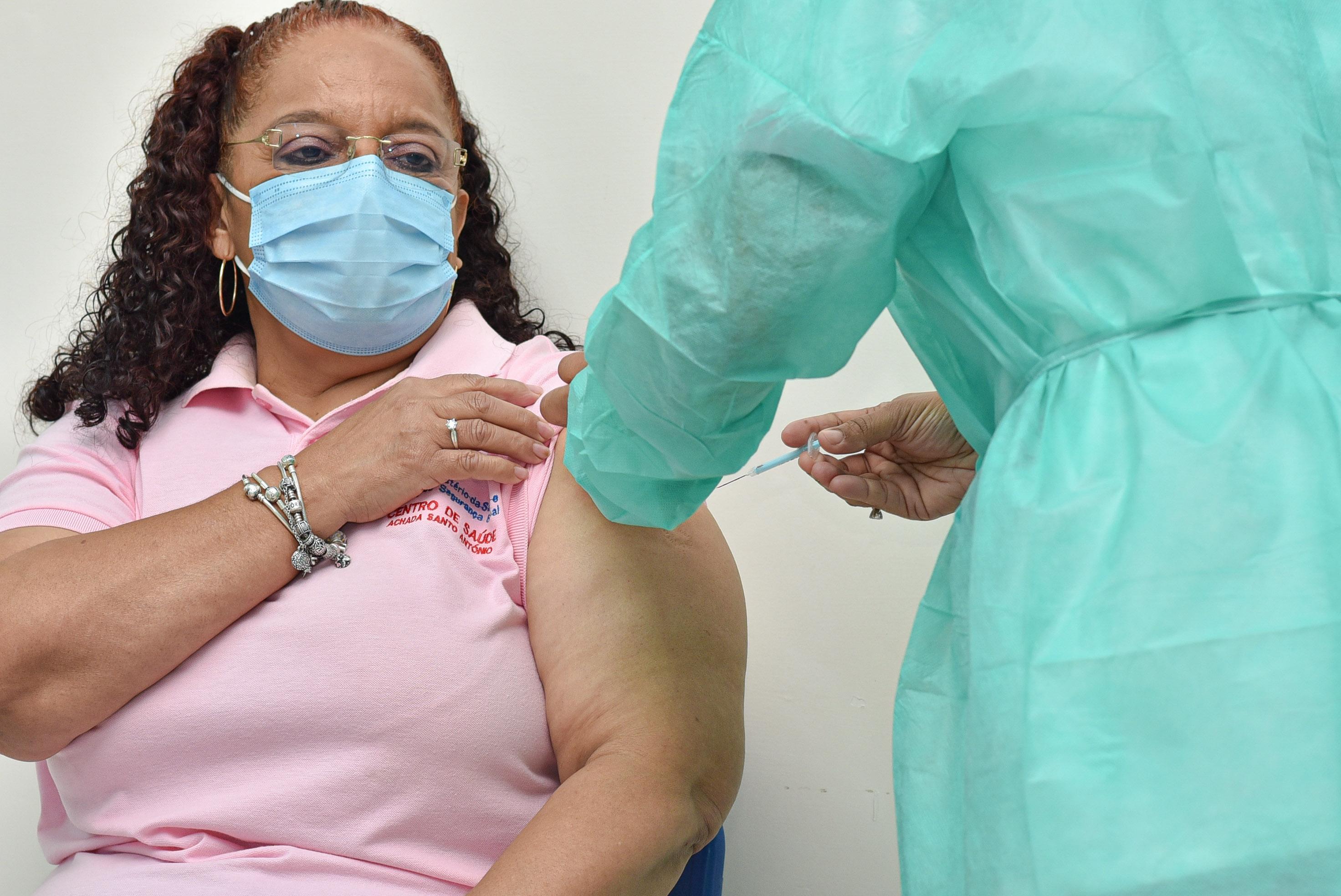 Helga Fontes - a primeira pessoa vacinada hoje em Cabo Verde contra a COVID-19